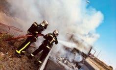 Un camión que transportaba papel sale ardiendo en la M-50