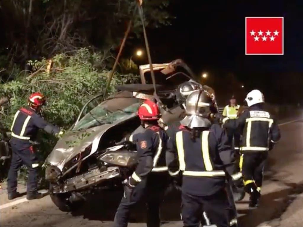 Muy grave un conductor de 19 años tras estrellarse contra un árbol