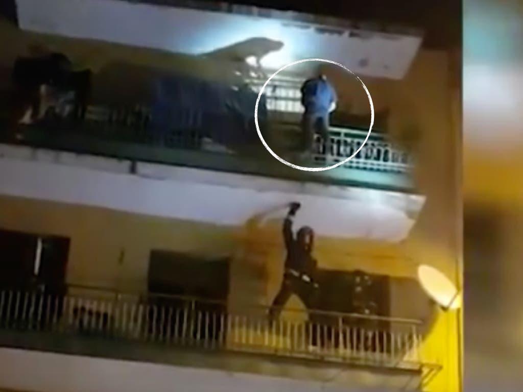 Agrede a su expareja con un cuchillo y trata de arrojarse por un balcón