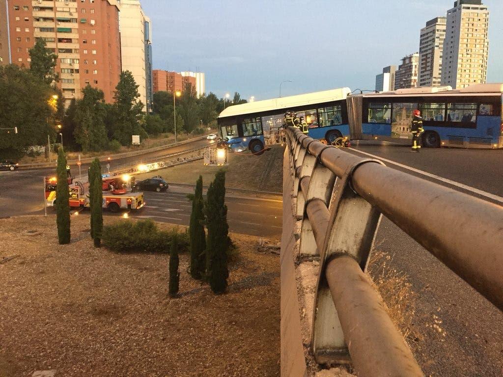 Un autobús de la EMT queda suspendido de un puente