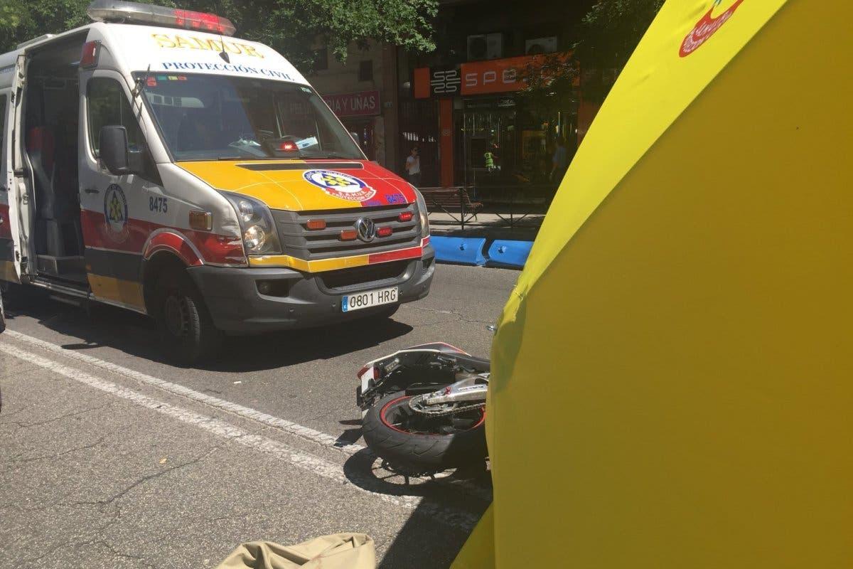 Muere un motorista de 21 años en la calle Alcalá tras ser golpeado por un coche que se ha dado a la fuga