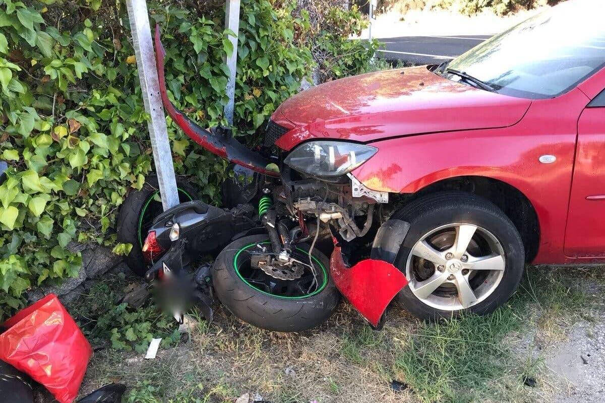 Muy grave un motorista tras chocar contra un coche y contra un muro