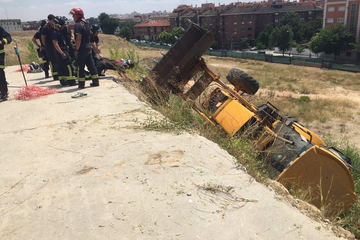 Muere un trabajador al caer con su máquina por un terraplén