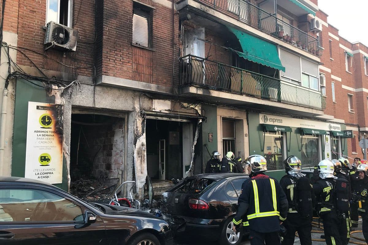 Un incendio de grandes dimensiones destruye un local comercial