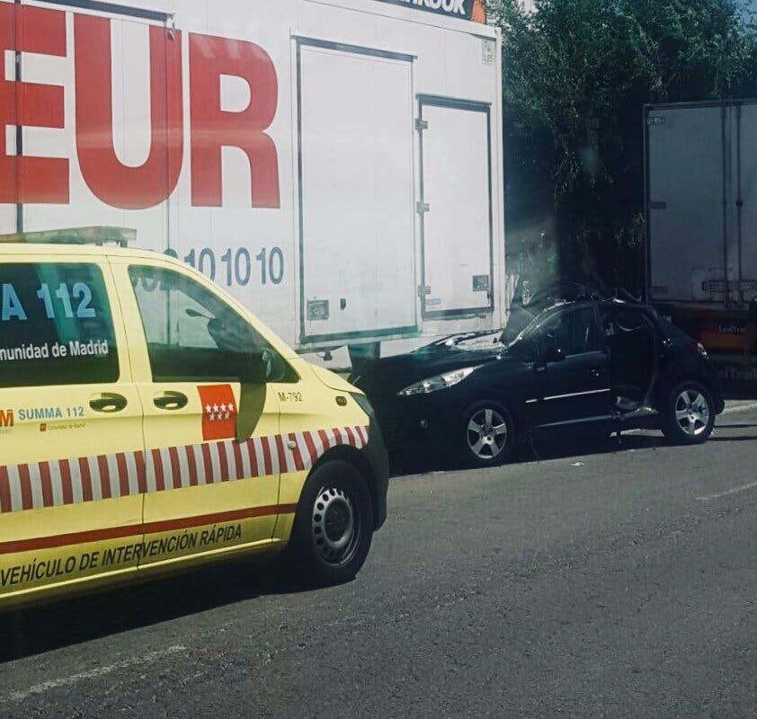 Rescatan a una mujer atrapada en su coche tras empotrarse contra un camión