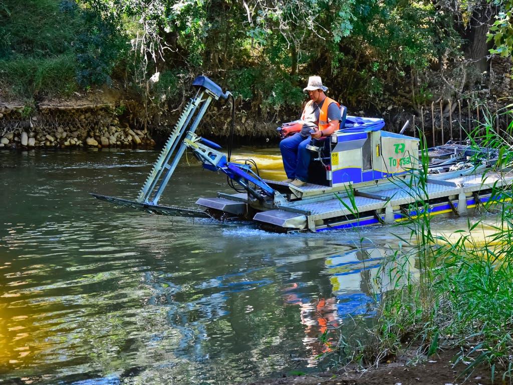 El barco contra los mosquitos vuelve al río Henares en Torrejón