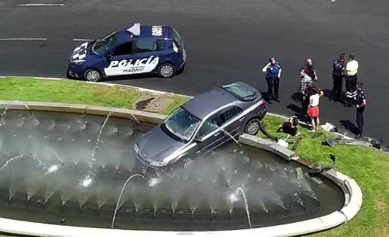 Un conductor pierde el control de su coche y acaba en una fuente