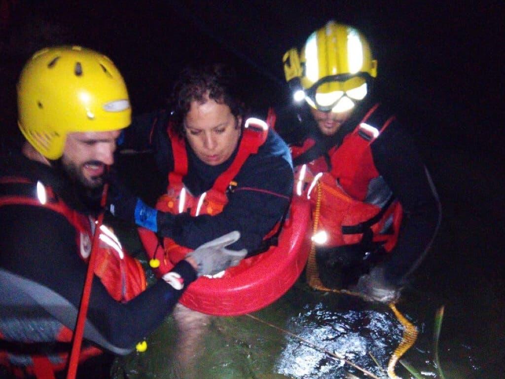 Rescatan a una familia atrapada en el río, en Guadalajara