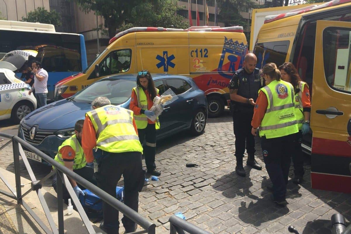 Herido grave un motorista al caer al suelo e impactar contra una valla