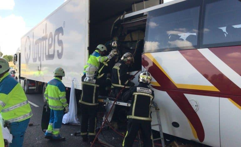 Muere un conductor de autobús en un accidente múltiple en la M-50