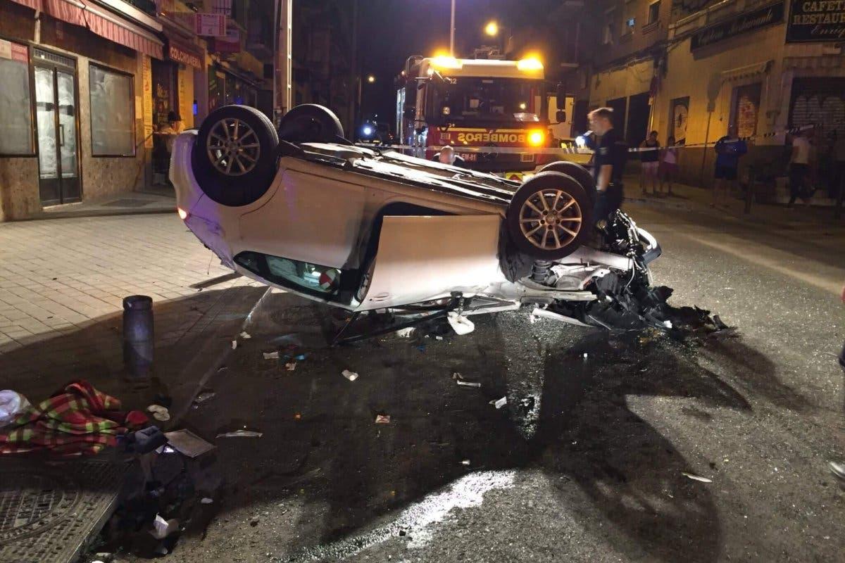 Herida grave tras empotrar su coche contra un quiosco de la ONCE