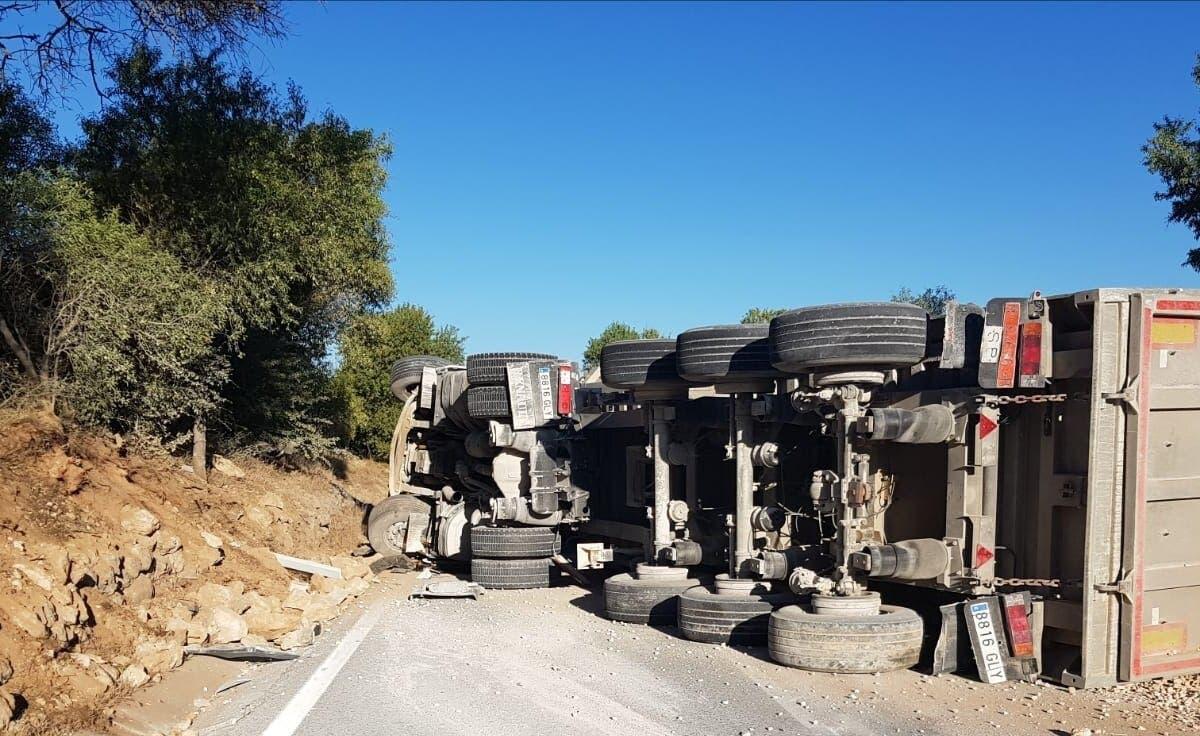 Herido un camionero tras volcar en Valdilecha