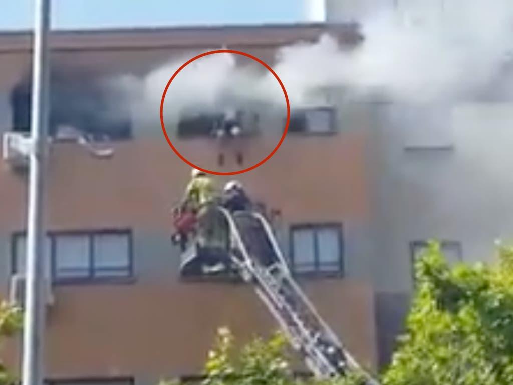 El rescate in extremis de un menor y su perro en un incendio