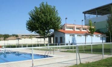 Decretan el cierre de una piscina municipal por acumulación de pelos, avispas y suciedad