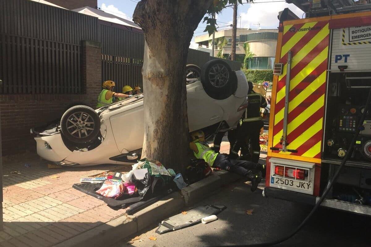 Una mujer herida al ser embestido su coche por otro que huía de la Policía