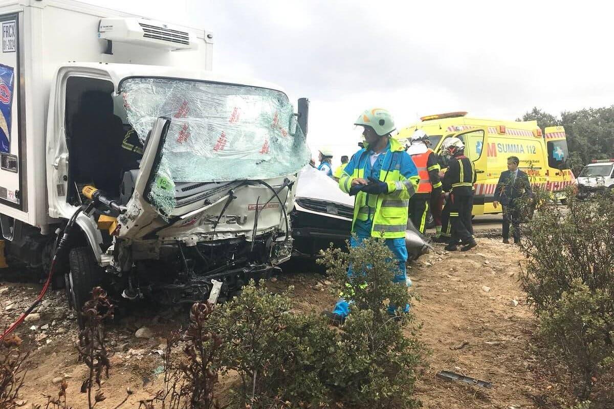 Muere un joven de 23 años al chocar su coche contra un camión