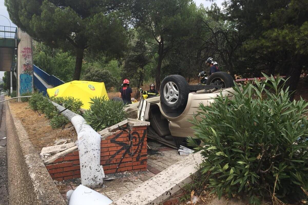 En estado crítico un hombre al volcar su coche en la A-6
