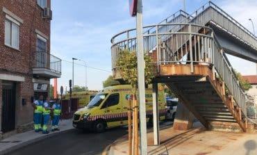 Herido un niño de 4 añostras caer de una pasarela de 2,5 metros de altura