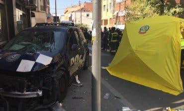 Cuatro heridos al estrellarse un coche de la Policía contra un bar