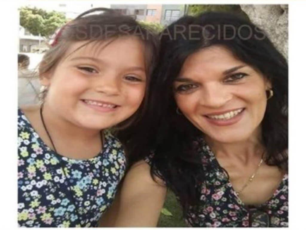 Un SMS tranquiliza a la familia de la mujer desaparecida junto a su hija tras aterrizar en Barajas