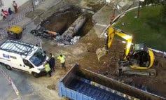 Caos en el tráfico por un enorme socavón en Arturo Soria
