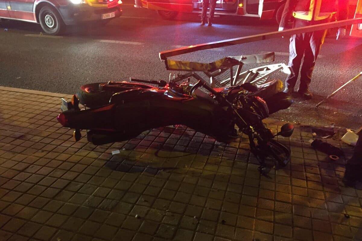 Dos jóvenes heridos graves en un accidente de moto en Madrid