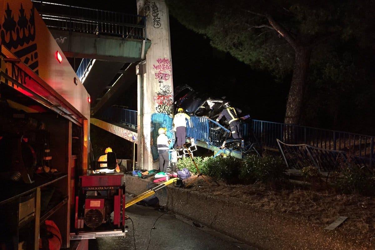 Un coche acaba encajado en la rampa de una pasarela de la A-6