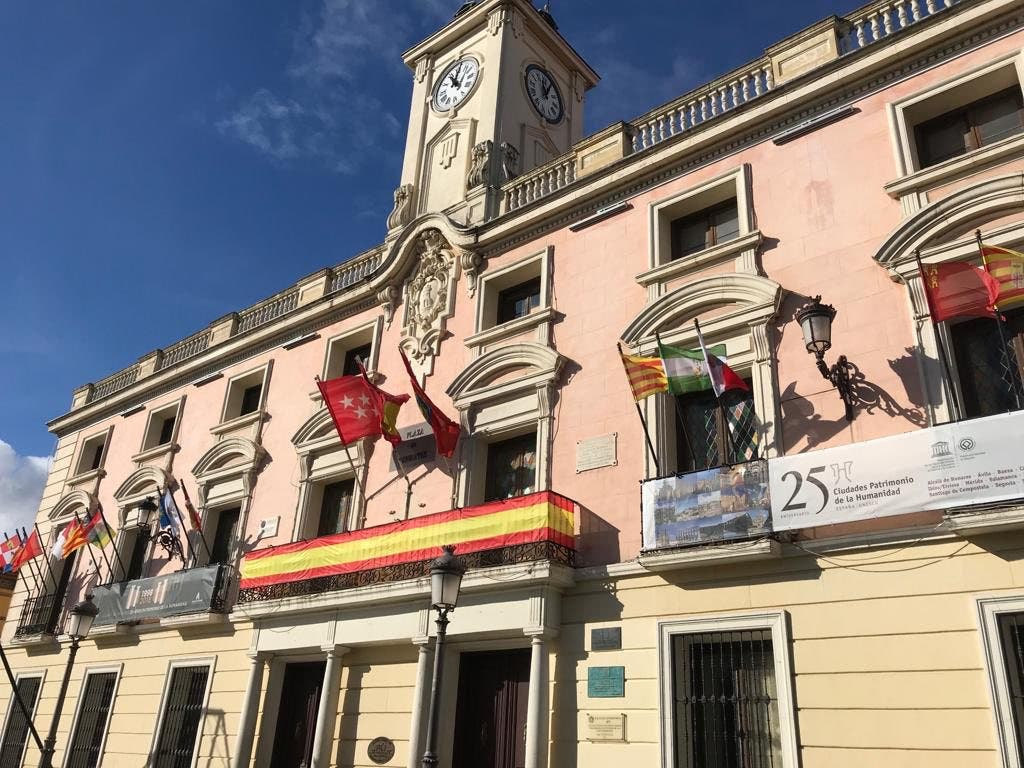 Alcalá de Henares finalmente coloca una gran bandera de España en el Ayuntamiento