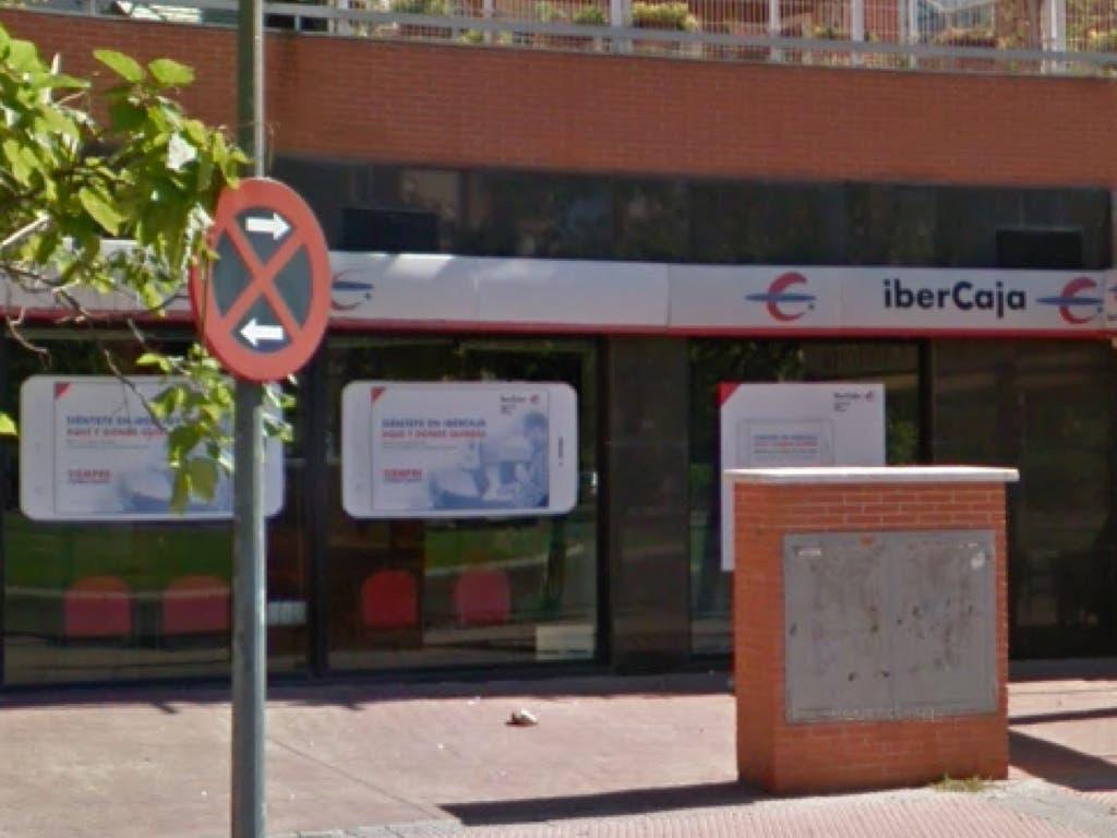 Empotran un coche contra un banco en Alcalá de Henares y se van con las manos vacías