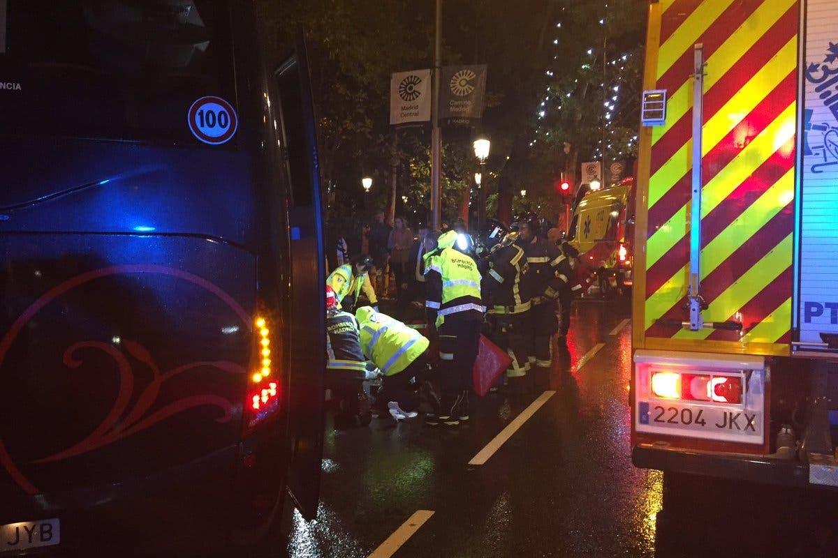 Herido grave un joven en Madrid al chocar su moto eléctrica contra un microbús