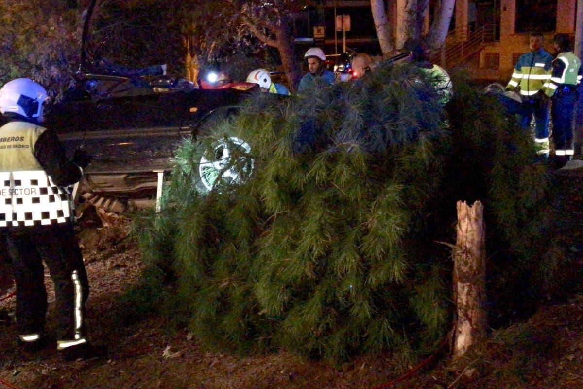 Un muerto y un herido grave al chocar un coche contra un árbol