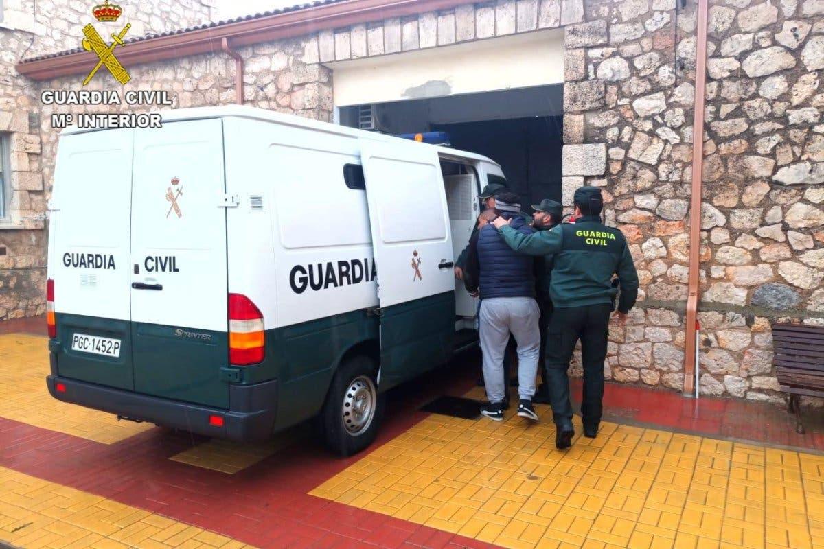 Cinco jóvenes detenidos por robar 115 litros de gasoil en Guadalajara