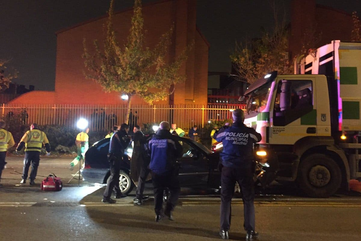 Dos heridos al chocar un coche contra un camión de limpieza