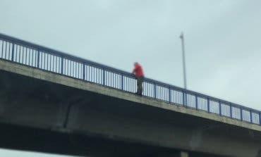 Los Bomberos evitan el suicidio de un hombre en un puente de la A-2