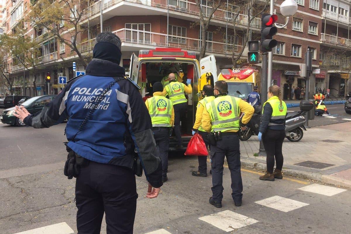 Herido muy grave un anciano tras ser atropellado en Madrid por un motorista a la fuga