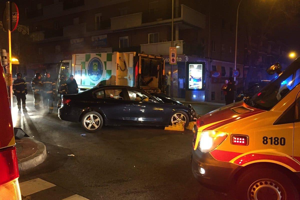Cinco heridos al chocar un coche y un camión de la basura en Madrid
