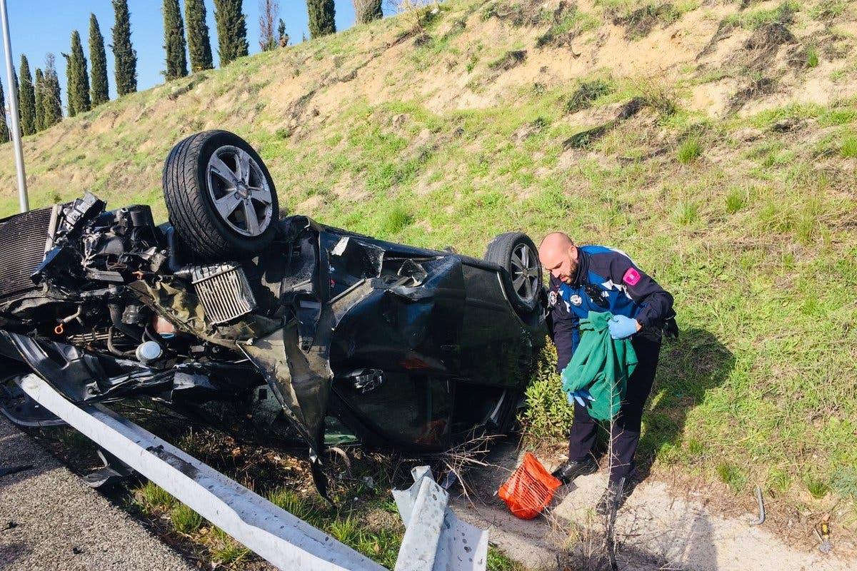 Dos jóvenes con un coche robado sufren un grave accidente en la M-23