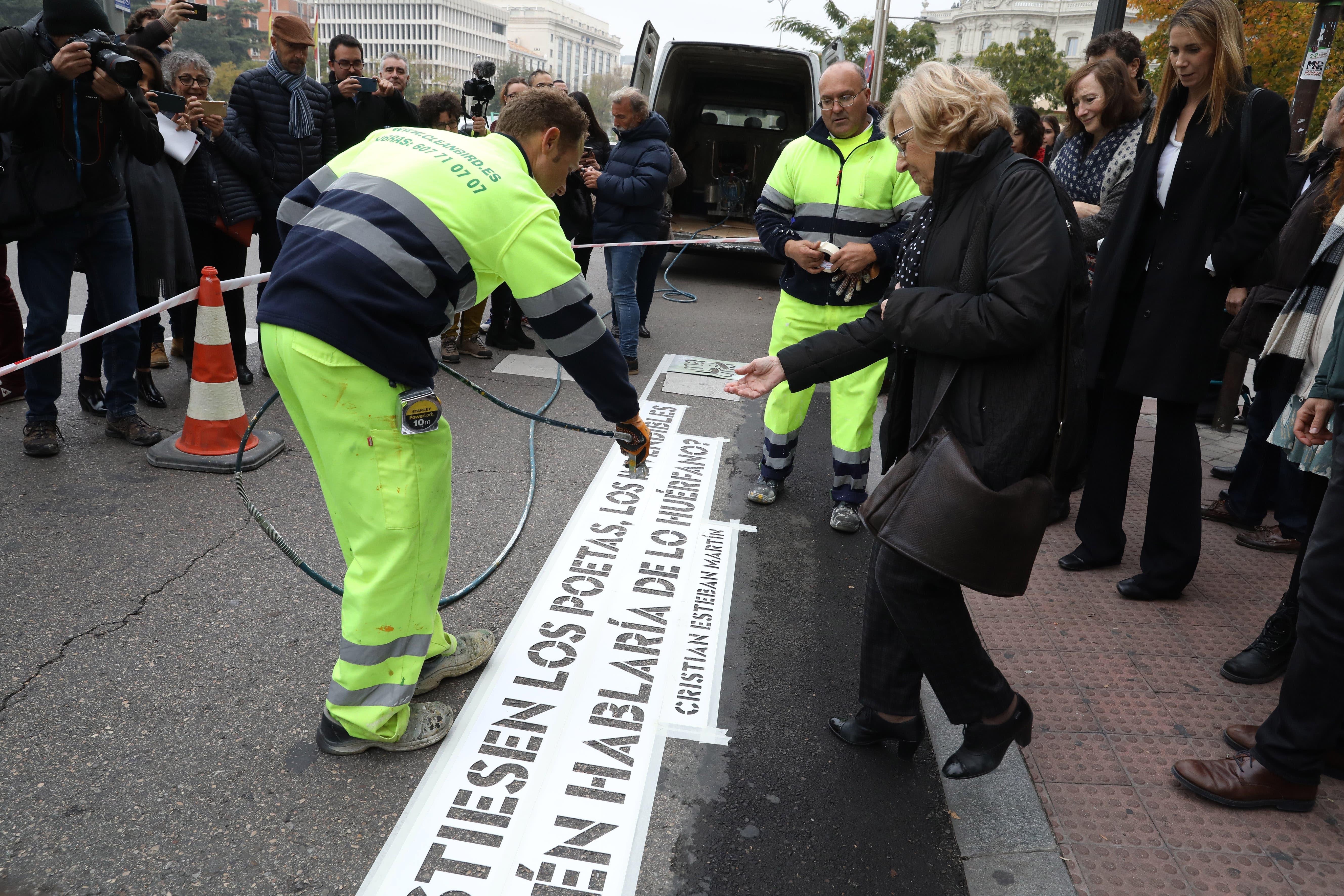 Carmena presenta los versos pintados en pasos de peatones de Madrid