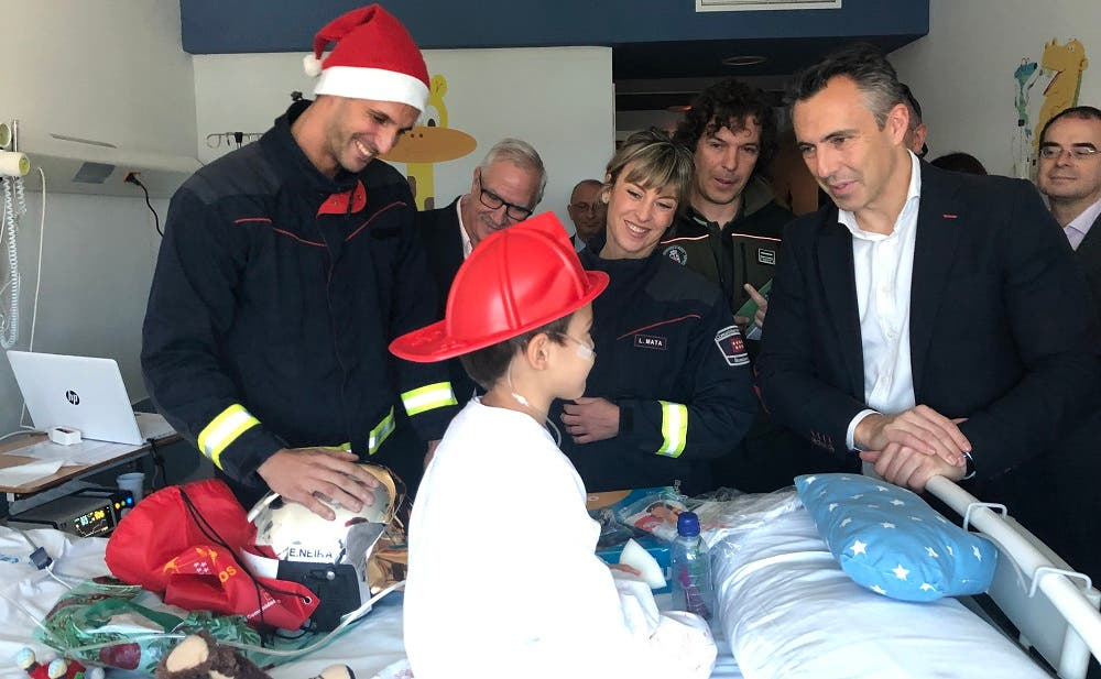 Bomberos y Agentes Forestales hacen felices a niños hospitalizados en Madrid