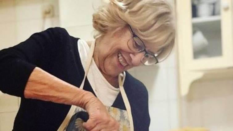 Carmena se estrena en Instagram haciendo magdalenas