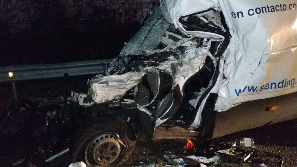 Fallece el conductor de la furgoneta que impactó contra un camión en la A-2