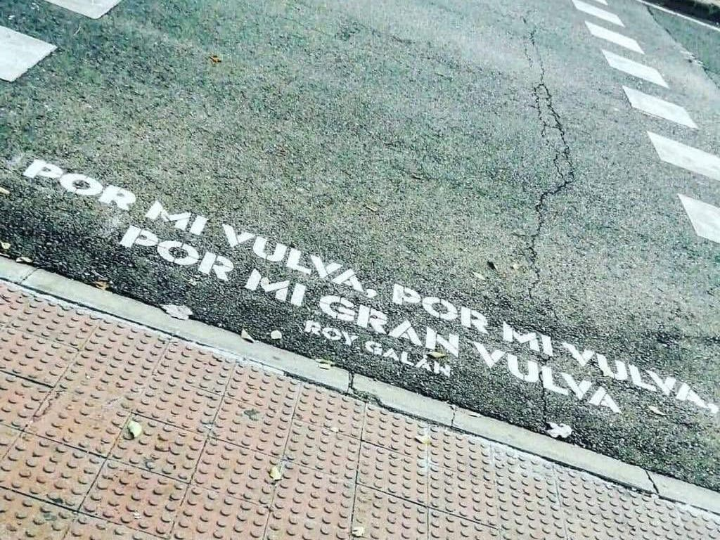 El polémico verso en un paso de peatones de Madrid