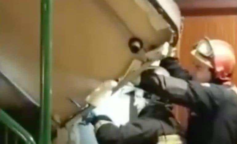 Los Bomberos intervienen en una mudanza en Rivas para desatascar un canapé