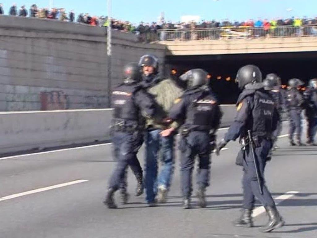 Un detenido y once heridos en la huelga de taxistas en Madrid