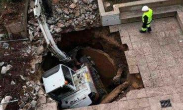 Un socavón se traga una excavadora en Guadalajara