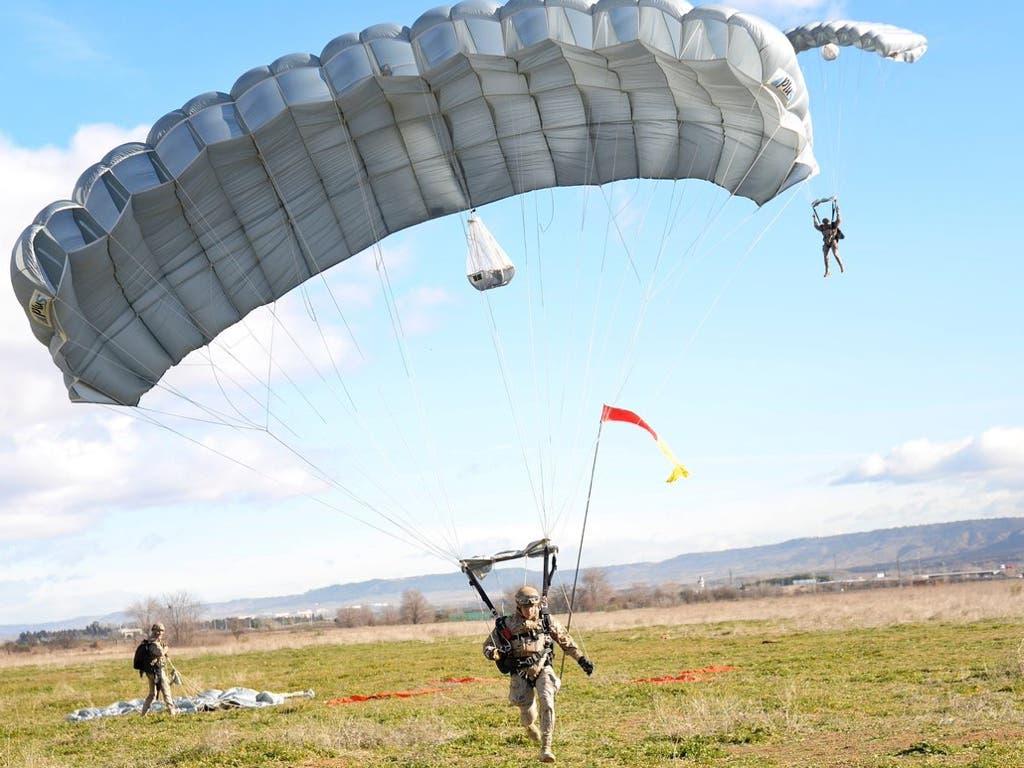 Alcalá de Henares recuerda el primer salto paracaidista en la ciudad