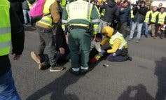Un coche atropella a un taxista que trataba de cortar la A-2