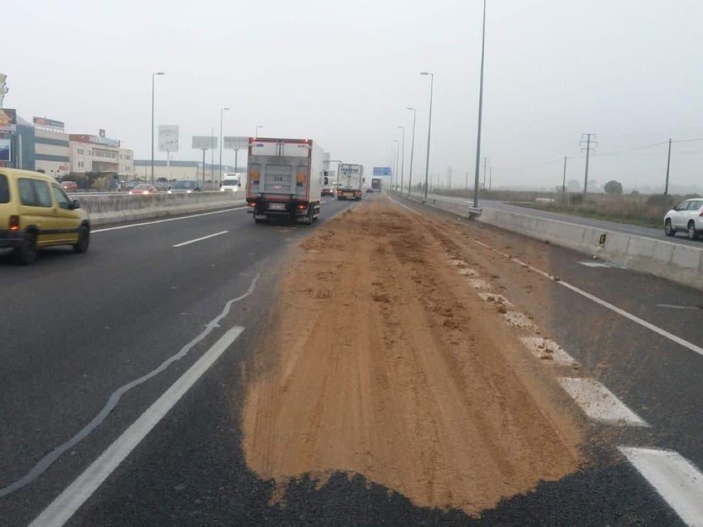 Investigan a un camionero por derramar tierra mojada en la A-2