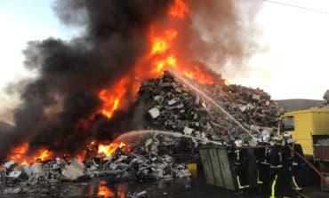 Gran columna de humo por un incendio de chatarra en la M-203