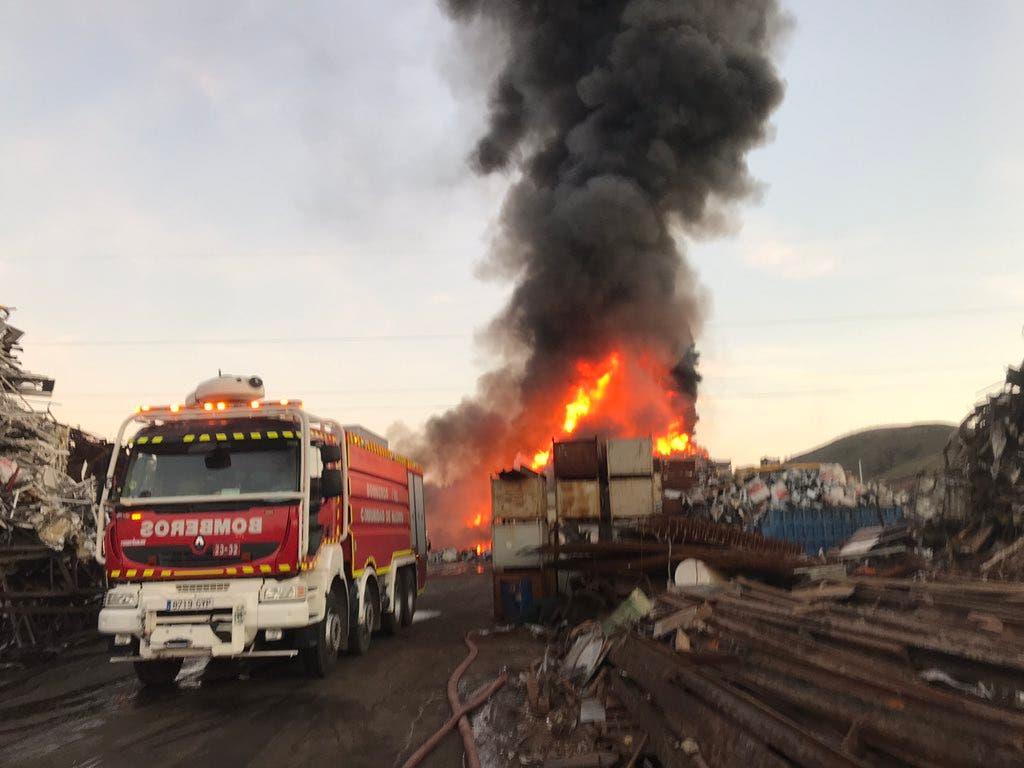El incendio de una chatarrería en San Fernando podría durar varios días